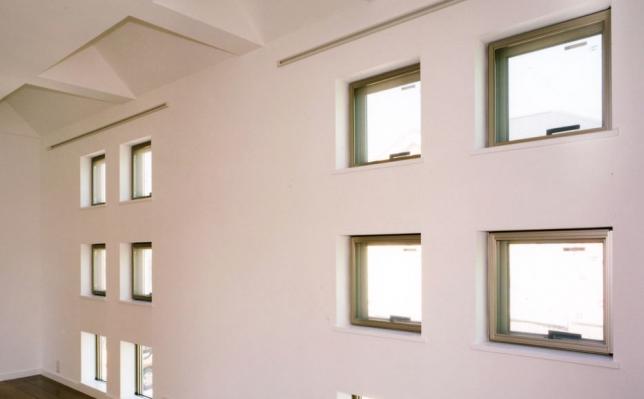 【小さい窓を複数設置】部屋を明るくする方法
