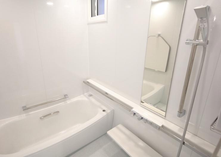 白一色の浴室 カラーコーディネート