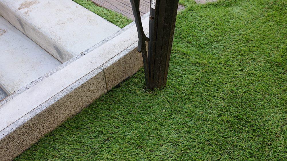 好みの形状にカット|人工芝をDIY施工