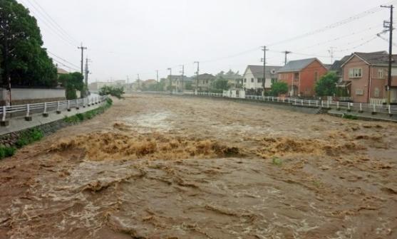 川の氾濫で浸水した道路 フェーズフリー住宅